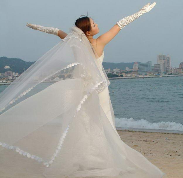 随着PS功能的日趋强大,越来越多的婚纱影楼都开始减少婚纱方面的投入,转而加大后期影像处理的投入,因为后期处理投入少,但效果却惊人,很符合消费者的习惯,特别是在一些小型的婚纱工作室,基本上都靠后期处理,赢得了不少的用户群,今天就以一个白纱抠图来讲述一下白纱外景合成的PS过程。  效果图  原图一  原图二 1、在photoshop中打开原图一(本教程采用photoshop CS3制作,其它版本基本通用),将背景复制一个副本,同时将背景的眼睛点掉备用,如下图所示:  2、接下来是抠图,可以使用魔棒、钢笔、磁性